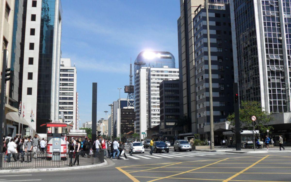 Jovens ensinam estrangeiros a pronunciarem ruas de São Paulo